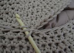 Háčkovaný puf s fotopostupem Merino Wool Blanket, Diy And Crafts, Home Decor, Crochet Pouf, Tejidos, Do It Yourself Crafts, Decoration Home, Room Decor, Home Interior Design