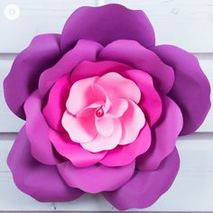 paper flowers Learn to craft giant paper roses in 5 easy steps and get a free printable template for the petals. This paper flowers are perfect for weddings or parties. Large Paper Flowers, Giant Paper Flowers, Paper Roses, Diy Flowers, Paper Daisy, Flower Paper, Fabric Roses, Fake Flowers, Bridal Flowers