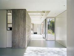 Maak een muur minder massief door aan de bovenkant ruimte tussen muur en plafond te laten ontstaan.  Lake House by Robert Young Architects