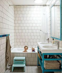 子供用お風呂だそうです。色がかわいすぎる。