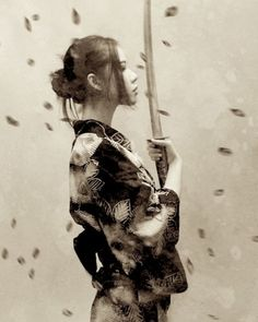 samurai female sideview, sword straight up in front of face, leaves falling (sepia vers. Geisha Tattoos, Geisha Tattoo Design, Irezumi Tattoos, Female Samurai Tattoo, Historical Tattoos, Chic Tattoo, Samurai Artwork, Sword Tattoo, Japan Tattoo