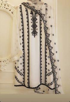 Pakistani Fashion Party Wear, Indian Fashion Dresses, Pakistani Dresses Casual, Pakistani Dress Design, Indian Designer Outfits, Designer Dresses, Casual Dresses, Kurti Pakistani, Pakistani Dresses Online