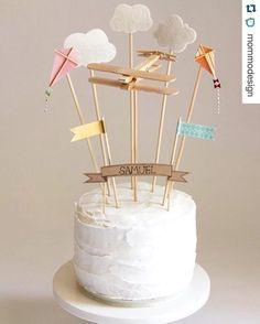 Idéia lindíssima e simples para enfeitar o bolo de aniversário (e tema de festa tb)! #Repost @mommodesign with @repostapp. ・・・ Airplane cake topper #DIY #cake #birthday #birthdaycake #kids #kidsparty #airplane wehaveaars.com