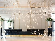 Dancing Leaves chandelier by Czech chandelier manufacturer Lasvit is installed in the hotels main lobby. The Peninsula Hotel Paris. Lobby Do Hotel, Hall Hotel, Grand Hotel, Palace Hotel, Peninsula Paris, Peninsula Hotel, Peninsula Bangkok, Design Hotel, Best Paris Hotels