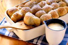 Buchteln mit Vanillesauce -                                      Jetzt wird´s traditionell. Die aus der böhmischen Küche stammenden Buchteln gibt es mit oder ohne Füllung. Wir genießen das zarte Gebäck frisch mit Vanillesauce.