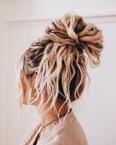 I lovvve texture in my messy buns but hate adding heat damage to my hair just to. I lovvve texture Wavy Hair, Blonde Hair, Blonde Braids, Big Hair, Aesthetic Hair, Aesthetic Light, Pretty Hairstyles, Everyday Hairstyles, Ponytail Hairstyles