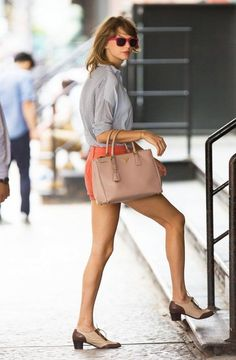 Taylor Swift es la prueba viviente que tan sólo un buen bolso y unos zapatos son necesarios para darle vida a cualquier outfit.