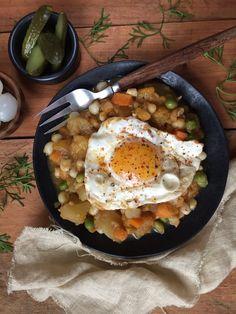 charquican 4 personas -  Ingredientes:  2 cdas de aceite de oliva- 1 cebolla perla cortada en cuadritos-  2 dientes de ajo picaditos-  3 cdas de ají de color*-  1 cdta de comino molido-  1 cdta de orégano molido-  Sal-  Pimienta recién molida-  1 taza de zanahoria cortada en cuadritos-  1 taza de arvejitas (alverjitas) frescas-  3 tazas de zapallo en cuadros-  5 tazas de papas** en cuadros-  3 tazas de choclo desgranado-  1 taza de consomé de vegetales o agua.
