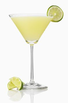 Ordering drinks out can be tricky when you're watching your carbs or on the keto diet. But these DIY low-carb cocktails are infinitely more fun than vodka soda. Coconut Milk Cocktail, Coconut Vodka, Pear Vodka Martini, Sugar Free Ginger Beer, Tequila Beer, Fizz Drinks, Citrus Vodka, Cooking With Essential Oils, Low Carb Cocktails