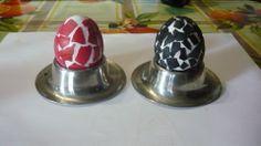 Húsvéti (kifújt) tojás mozaik mintával Kellékei:  2 db kifújt tojás, tojásfesték Elkészítése: Az egyik tojást összetörtem, apró darabokra, majd a szilánkokat különböző színű tojásfestékkel megszíneztem. A másik tojást fehér temperával több rétegben festettem fehérre. Miután megszáradtak a tojáshéj darabkák, a fehér alapú tojásra ragasztópisztoly segítségével rögzítettem őket.  Tipp: Célszerű minél kisebbekre törni a tojáshéjat, mert úgy mutatósabb.  Elkészítési idő: kb. 1 óra.