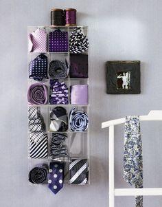 無印のアクリルケースを壁に接着して、ネクタイをディスプレイ収納。シックな感じ♪