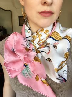 Hermes vintage Plumes et grelots Ways To Wear A Scarf, How To Wear Scarves, Turbans, Bijoux Art Nouveau, Scarf Knots, Scarf Design, Glamour, Neck Scarves, Simple Outfits