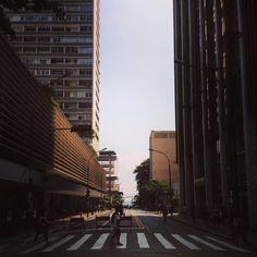 Olha como fica bonita a esquina da Paulista com a Augusta aos domingos....vem dar um chego e aproveita p/ nos dar um oizinho. Estamos abertos hoje até as 19:00 no Pic da Pan. by elcabriton