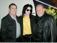 MJ, american producer Kenny Ortega and english reporter Robin Leach at the Wing Lei restaurant in Las Vegas. January 27 2007