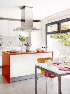 La luz es protagonista en esta cocina. Muebles en blanco y un toque de color: la encimera de la isla... - Copyright © 2016 Hearst Magazines, S.L.