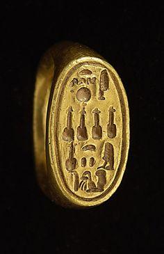 Nouvel Empire - Chevalière au nom de la reine Nefertiti - or  | Site officiel du musée du Louvre