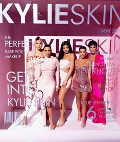 w Khloe and Kim Kardashian and Kylie and Kris Jenner Kim Kardashian, Kardashian Family, Kardashian Photos, Kylie Jenner Instagram, Estilo Kylie Jenner, Kendall Jenner, Looks Kylie Jenner, Sister Poses, Family Over Everything