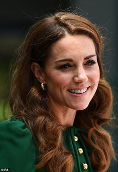 {See All the Pictures} Duchesses Kate and Meghan are all smiles as they're joined by Pippa Middleton at Wimbledon - Royal-Update Kate Middleton, Duchess Kate, Duke And Duchess, Diana, Kate And Meghan, Bouncy Curls, Charlotte, Herzog, William Kate