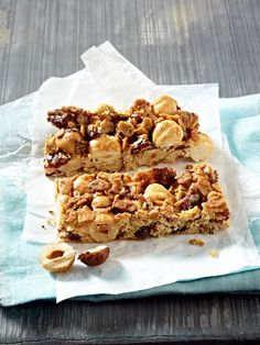 Müsliriegel selber machen – die gesunde Pause Feel like sweets? Muesli bars are the healthy snack in between or the healthy breakfast for a pleasurable start to the day. Healthy Bars, Healthy Sweets, Healthy Snacks, Muesli Bars, Homemade Sweets, Eat Smart, Sweet And Salty, Cakes And More, Baking Recipes