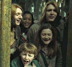George, Angelina, Ginny and Fred in Hogwarts Harry Potter Jokes, Harry Potter Pictures, Harry Potter Fandom, Harry Potter Characters, Harry Potter World, Ginny Weasley, Weasley Twins, Hermione Granger, Familia Weasley