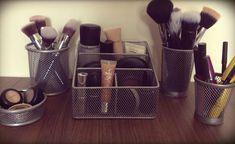 Organizadores de escritório são perfeitos para guardar maquiagem. Organizador de pinceis -  - Blog Pitacos e Achados -  Acesse: https://pitacoseachados.wordpress.com -  https://www.facebook.com/pitacoseachados -  https://plus.google.com/+PitacosAchados-dicas-e-pitacos -  #pitacoseachados