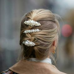 How to wear pearl hair barrettes. French braid with multiple pearl clips. Pigtail Hairstyles, Bobby Pin Hairstyles, Work Hairstyles, Dreadlock Hairstyles, Headband Hairstyles, Braided Hairstyles, Hair Scarf Styles, Long Hair Styles, Hair Meaning