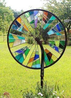 Bicycle Wheel Mosaic: A genius, an old bicycle wheel w .- Fahrrad-Rad-Mosaik: Eine Genialität, ein altes Fahrrad-Rad wiederzuverwenden Bike Wheel Mosaic: A Genius to Reuse an Old Bike Wheel – House Decorations - Stained Glass Projects, Stained Glass Patterns, Stained Glass Art, Mosaic Glass, Fused Glass, Blown Glass, Mosaic Patterns, Clear Glass, Garden Spinners