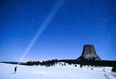 Devils Tower, Wyoming  Segundo o folclore nativo americano, algumas meninas saíram para brincar e foram descobertas por vários ursos que começaram a persegui-las. As meninas tentaram escapar escalando uma rocha e rezar para o Grande Espírito salvá-las, e as suas preces foram atendidas quando a rocha se levantou do chão.Quando as meninas chegaram ao céu, eles foram transformados em constelações de estrelas.