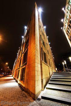 Modernes Gebäude bei Nacht mit Beleuchtung auch in besonderer Perspektive  Wie aus Alptraum, Elmstreet Freddy lässt grüßen.   Modern buildings at night with lights in particular perspective   As of nightmare Elm Street Freddy says hello.
