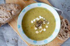 Deze courgette preisoep is een goed voorbeeld van een snelle, makkelijke soep zonder pakjes of zakjes. Maar met heel veel groenten!