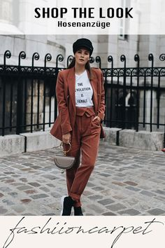White graphic t-shirt+brick red blazer and pants+black sneakers+taupe handbag+black fisherman cap. Blazer Outfit, Red Blazer, Fall Handbags, Black Handbags, Winter Trends, Outfits Tipps, Friday T Shirt, Pullover, Black Sneakers