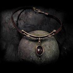 Náhrdelník Carneoleye Náhrdelník Carneoleye je zhotoven z hruběji opracované mosazi, která je následně zapatinována do barvy bronzu. Dominantní na náhrdelníku je pečlivě vybraný karneol bez prasklin. Velikost náhrdelníku: ovál 2,8 x 3,8 cm, šperk má velikost cca 8 cm Délku koženého řemínku upravíme podle Vašeho požadavku.