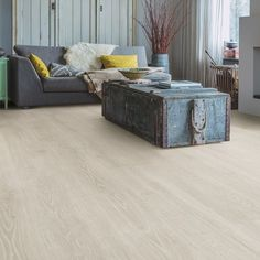 Majectic Range - For a natural, classic look creating space and light to your home. This Oak board is finished with light Beige tones. Grey Laminate Flooring, Luxury Vinyl Tile Flooring, Wood Tile Floors, Wood Laminate, Quick Step Flooring, Weathered Furniture, Light Oak, Light Beige, Waterproof Flooring