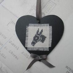 Coeur bois imitation ardoise ane brodé main sur lin