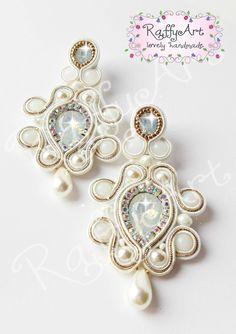 "Orecchini ""White Charm"" (anche da sposa) Soutache Necklace, Lace Earrings, Wedding Earrings, Fabric Jewelry, Boho Jewelry, Handmade Jewelry, Shibori, Button Crafts, Bracelet Tutorial"