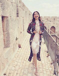 Sonam Kapoor stuns in this Harper& Bazaar Bride photoshoot Sonam Kapoor, Style Photoshoot, Indian Photoshoot, Diva Fashion, Star Fashion, Indian Fashion, Tokyo Fashion, Mode Bollywood, Bollywood Fashion