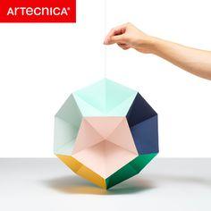 紙で出来た多面体の展開図を組み立てて完成するオーナメント。