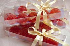 Recette de pâte de coings, la meilleure des pâtes de fruits - Friandise de l'enfance, la pâte de fruits est une gourmandise saine que l'on déguste au goûter ou en dessert. Fais vivre à ton enfant des moments fruités où il découvre sous d'autres formes les fruits de saison. Nutrition, Raspberry, Peach, Gift Wrapping, Sweets, Apple, Candy, Gifts, Naver