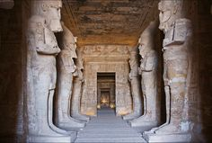 Ramses II: The complex of Abu Simbel - Egyptology Brazil - The interior of the temple is similar to most temples of ancient Egypt layout, with smaller rooms closer to the sanctuary. The first room contains eight large statues of Ramses God, taking the form of Osiris. These statues are connected to the columns. On the walls you can see prints with scenes of Egyptian victories in Libya, Syria and Nubia. The sanctuary contains three statues of gods Ra, Ptah, Amun and Ramses, all seated.