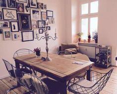 Gemütliches Esszimmer mit Bilderwand und großem Holztisch einer Berliner WG #gemeinsamwohnen #Berlin #WG #Esszimmer