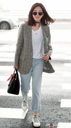 Simple but classic- jeans, white tee, blazer, white trainer and Birkin (or any other black structured bag 💼) Korean Street Fashion, Asian Fashion, Look Fashion, Autumn Fashion, Fashion Outfits, Womens Fashion, Blazer Outfits Casual, Casual Hijab Outfit, Kim Go Eun Style
