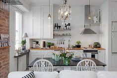 Klasyczna biała kuchnia z żyrandolem