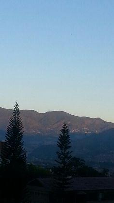 Ya el sol tocaba tímidamente las  montañas .Envigado.