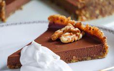 Underbart krämig chokladpaj som är fri från gluten, raffinerat socker, mejerier och även nötter om vissa anpassningar. Kan göras vegansk.