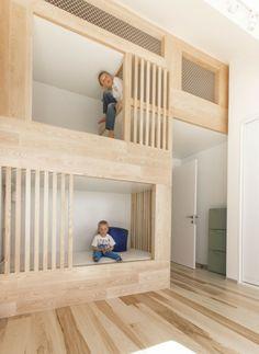 die zwei Kinder im Kinderzimmer Holzbetten