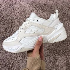 Shop Women's Nike size 7 Sneakers at a discounted price at Poshmark. Sneakers Mode, White Sneakers, Sneakers Fashion, Fashion Shoes, Fashion Fashion, Runway Fashion, Fashion Trends, New Shoes, Women's Shoes