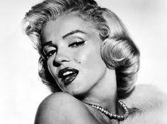 Marilyn Monroe  (Los Ángeles, California, Estados Unidos, 1 de junio de 1926 – íbidem, 5 de agosto de 1962), nacida como Norma Jeane Mortenson y bautizada como Norma Jeane Baker, fue una actriz de cine, cantante y modelo estadounidense. Con el paso del tiempo, llegó a ser una de las actrices más famosas de Hollywood y uno de los principales símbolos sexuales de todos los tiempos.