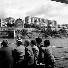 Pojkar på skolresa med båt. Fredhäll och Fredhällsbadet i bakgrunden. Foto: Lennart af Petersens, 1940