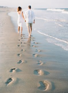 footprints on beach in Manasquan, NJ Engagement Couples Beach Photography, Photo Poses For Couples, Indian Wedding Photography Poses, Couple Photoshoot Poses, Engagement Photography, Beach Couples, Pre Wedding Shoot Ideas, Pre Wedding Poses, Pre Wedding Photoshoot