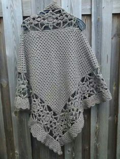 Achterkant sneeuwvlok poncho Knitted Shawls, Crochet Scarves, Knit Or Crochet, Crochet Shawl, Sewing Clothes, Crochet Clothes, Crochet Capas, Plus Sise, Poncho Shawl